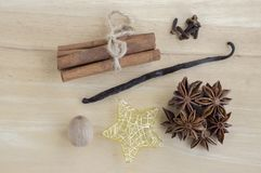Kerstmisregelingen op houten lijst, de inzameling van het Kerstmiskruid, kaneel, notemuskaat, vanillepeul en anijsplantsterren royalty-vrije stock afbeelding