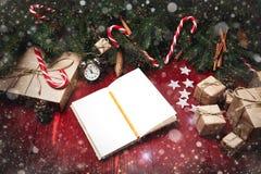 Kerstmissamenstelling, concept nieuw jaar Dozen van verrassingen, Stock Afbeeldingen