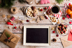 Kerstmissamenstelling, geschotene studio, houten achtergrond Stock Fotografie