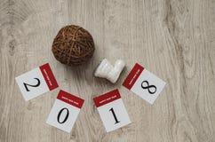 2018 Kerstmissamenstelling Het nieuwe jaar figuur 2018 gemaakt van document kalenderbladen en van Kerstmisdecoratie Kerstmanlaars Royalty-vrije Stock Fotografie