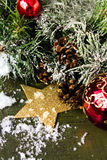 Kerstmissamenstelling met decoratie op donkere houten backgro Royalty-vrije Stock Foto