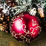 Kerstmissamenstelling met decoratie op donkere houten backgro Stock Afbeeldingen