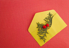 Kerstmissamenstelling met gele envelop op rode achtergrond De hoogste vlakke mening, legt Sluit omhoog Royalty-vrije Stock Afbeelding
