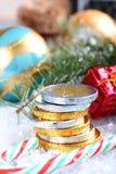 Kerstmissamenstelling met gestapelde chocolade euro muntstukken Stock Fotografie