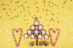 Kerstmissamenstelling met giften en Kerstmisboom royalty-vrije illustratie