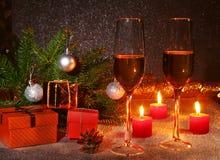 Kerstmissamenstelling met Glas fonkelende champagnewijn of cognac, Kerstmiskaarsen, kleurrijke ballen, giftdoos en royalty-vrije stock afbeelding
