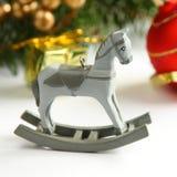 Kerstmissamenstelling met houten stuk speelgoed hobbelpaard Royalty-vrije Stock Afbeeldingen