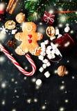 Kerstmissamenstelling met Kerstmisgift, cooki van de Peperkoekmens Stock Foto's