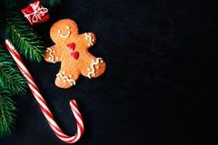 Kerstmissamenstelling met Kerstmisgift, cooki van de Peperkoekmens Royalty-vrije Stock Afbeeldingen