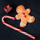 Kerstmissamenstelling met Kerstmisgift, cooki van de Peperkoekmens Royalty-vrije Stock Fotografie