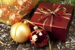 Kerstmissamenstelling met kleurenballen Stock Fotografie