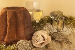 Kerstmissamenstelling met Pandoro en spumante Stock Foto's