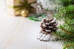 Kerstmissamenstelling met pinecone op lichte achtergrond Selectieve nadruk Royalty-vrije Stock Foto's