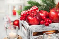 Kerstmissamenstelling met rode appelen, ballen, kaneel, sneeuw en Royalty-vrije Stock Foto