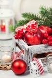 Kerstmissamenstelling met rode appelen, ballen, kaneel, sneeuw en Stock Foto