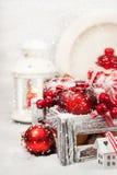 Kerstmissamenstelling met rode appelen, ballen, kaneel, sneeuw en Stock Afbeeldingen