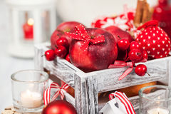 Kerstmissamenstelling met rode appelen, ballen, kaneel, sneeuw en Royalty-vrije Stock Afbeeldingen