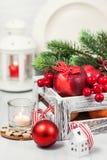 Kerstmissamenstelling met rode appelen, ballen, kaneel, sneeuw en Royalty-vrije Stock Foto's