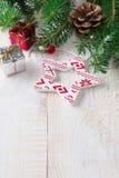 Kerstmissamenstelling met ster en tak van Kerstmisboom op lichte achtergrond Selectieve nadruk Royalty-vrije Stock Fotografie