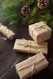 Kerstmissamenstelling op houten achtergrond met boom, denneappels en kartondozen Royalty-vrije Stock Afbeeldingen