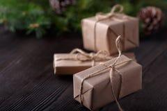 Kerstmissamenstelling op houten achtergrond met boom, denneappels en kartondozen Royalty-vrije Stock Afbeelding