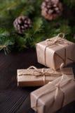 Kerstmissamenstelling op houten achtergrond met boom, denneappels en kartondozen Royalty-vrije Stock Foto's