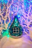 Kerstmissamenstelling: Uitstekend het stuk speelgoed van de glasboom huis, die wh verdraaien Royalty-vrije Stock Fotografie