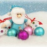 Kerstmissanta met Kerstmis gekleurde ballen Royalty-vrije Stock Foto's