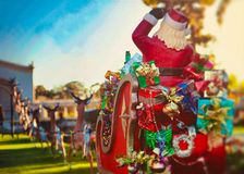 Kerstmissanta op de decoratie ar van het achtergrondbehangfestival stock foto