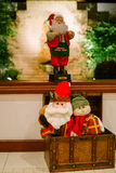 Kerstmissantas in een borst onder een venster Stock Afbeelding