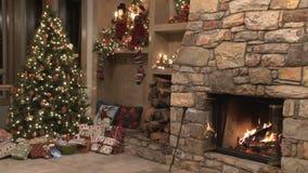 Kerstmisscène door de brand stock videobeelden