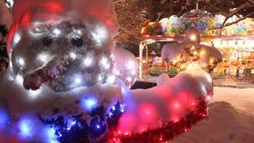 Kerstmisscène in het park stock videobeelden