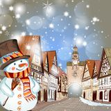 Kerstmisscène met huizen in sneeuw en leuke sneeuwman Royalty-vrije Stock Afbeelding