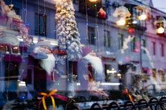Kerstmisshowcase met marionetten royalty-vrije stock afbeelding