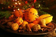 Kerstmissinaasappel met kruidnagels Stock Afbeelding