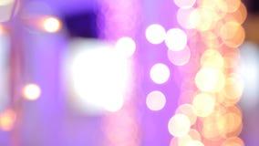 Kerstmisslinger met Gouden en purpere lichten, close-up Bokeh stock footage