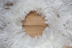 Kerstmisslinger op hout Stock Foto