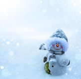 Kerstmissneeuwman en blauwe sneeuwachtergrond Royalty-vrije Stock Afbeelding