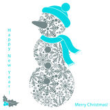Kerstmissneeuwman van sneeuwvlokken op witte achtergrond, nieuwe jaarkaart wordt geïsoleerd die Royalty-vrije Stock Afbeeldingen