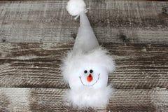 Kerstmissneeuwman in witte hoed Stock Fotografie