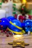 Kerstmissneeuwvlok op een achtergrond van kleurrijke ballen op een houten achtergrond stock afbeelding