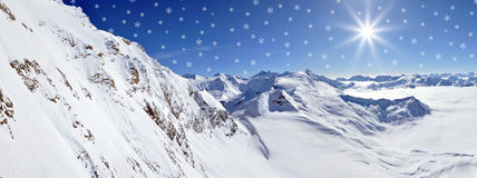 Kerstmissneeuwvlokken in de sneeuwbergen Royalty-vrije Stock Afbeeldingen