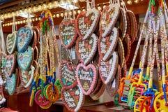 Kerstmissnoepjes en decoratie op een straat duidelijk tijdens de feestelijke periode stock afbeeldingen