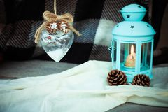 Kerstmissnuisterij, lamp met een kaars en Kerstmisdecoratie op een houten lijst Stock Foto's