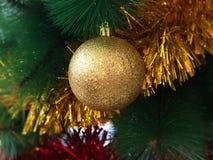 Kerstmissnuisterij op een boom Stock Foto