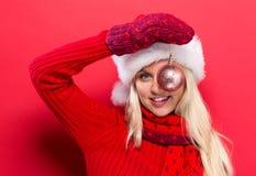 Kerstmissnuisterij van de vrouwenholding Royalty-vrije Stock Afbeeldingen
