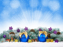 Kerstmissnuisterijen en blauwe ballen met sneeuwspar Stock Foto's