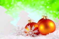 Kerstmissnuisterijen en bomen op groene achtergrond Royalty-vrije Stock Afbeeldingen