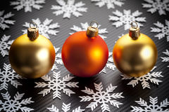 Kerstmissnuisterijen en sneeuwvlokken op zwarte achtergrond Royalty-vrije Stock Afbeeldingen