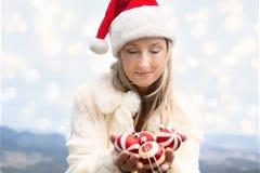 Kerstmissnuisterijen van de vrouwenholding - Kerstmis in Blauwe Bergen stock foto